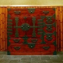 【「ふきや」を彩るアンティーク】 *和箪笥。 上品さの中にも存在感をたたえる和のしつらえ。