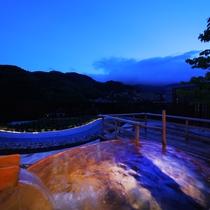 【3階貸切展望露天風呂】檜を材料に使った楕円型の湯舟です。