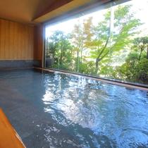 【大浴場】源泉かけ流しの大きな浴槽で、男女共に岩の露天風呂が併設されています。
