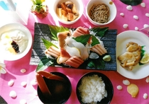 [連泊2泊めの夕和食]刺身付和食の食事内容+食器+テーブル以外のディスプレイは全てイメージ