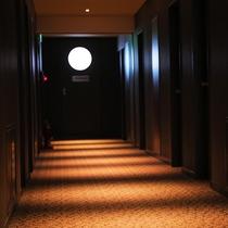 【廊下】夕方頃には光と影のコントラストが廊下を照らします