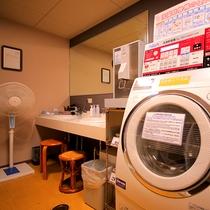 男子浴場には連泊の方にも嬉しい【洗濯乾燥機】が備え付けてあります