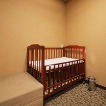 【ベビーベッド】カーテン完備!赤ちゃん連れのお客様も安心して過ごせます