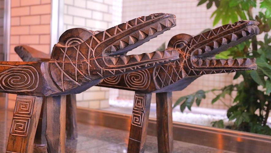 玄関でお出迎えしてくれるワニは、椅子としてもご利用いただけます