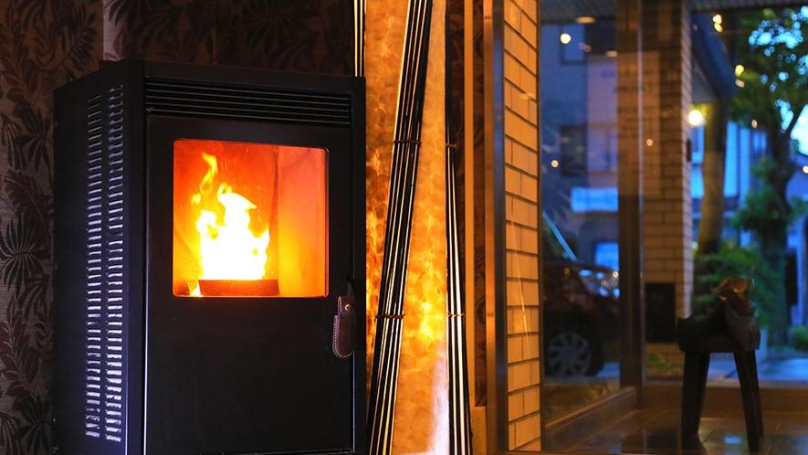 自然の温かみが感じられる【ペレットストーブ】は、冬の玄関をあたたかくお出迎えしてくれます