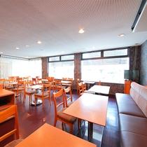 【お食事処】朝食はこちらでお召し上がりください。カフェとしてもご利用いただけます。