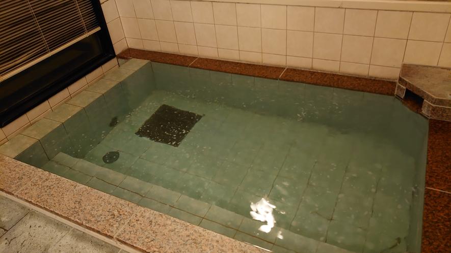 女性大浴場は防犯上暗証番号のロックを施しております。安心してご入浴くださいませ。