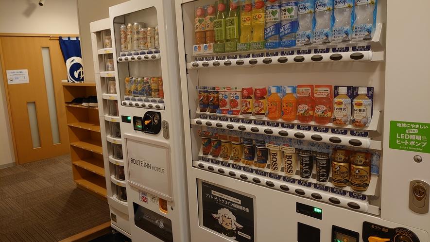 館内には、ソフトドリンク、アルコール飲料、カップ麵の自販機がございます。