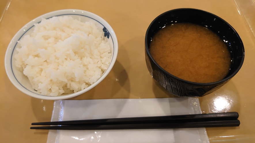 朝食6:30~9:00までご利用頂けます。和食でご飯とお味噌汁もどうぞ。