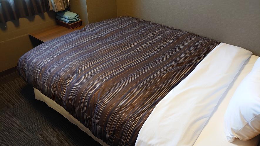 シングルルーム ベッドサイズ140×196(cm)ゆったりご利用頂きます。