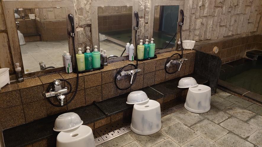 男性浴場のカランは4つご用意しております。