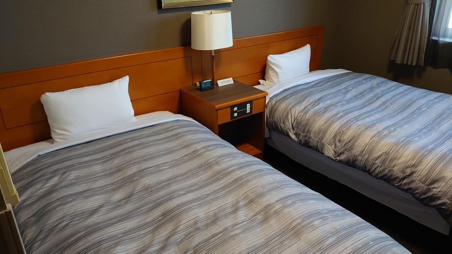 ツインルーム ベッドサイズ120×196(cm) 約15㎡の客室にベッドが2台備え付けております。