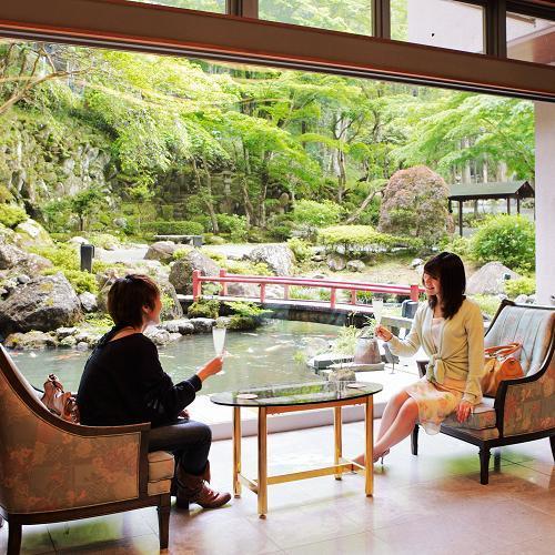 開放感のあるロビー。池や木々、当館の庭園もご覧下さい。