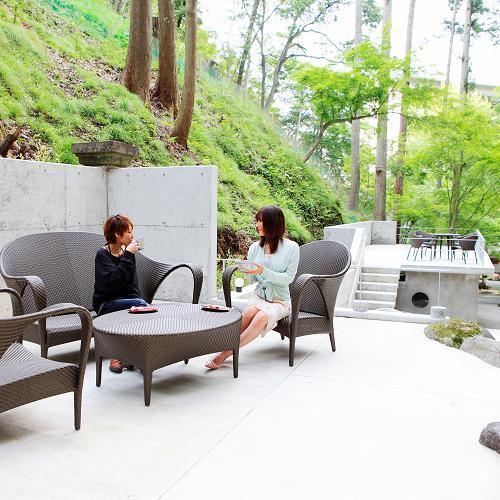 2012年新設、当館庭園でごゆくりお寛ぎくださいませ。