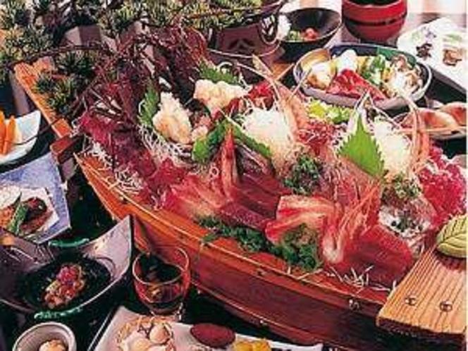 新鮮な魚貝を盛り込んだ舟盛り(一例)