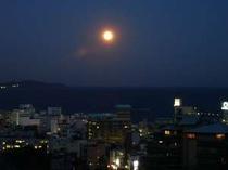 夕方、屋上より熱海の街中と海を見渡した風景です