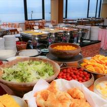 朝食は諏訪湖を眺む会場です