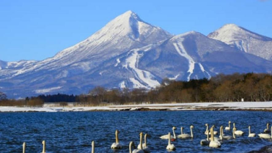 ★冬の磐梯山と猪苗代湖の風景。空気が澄んで、美しい。