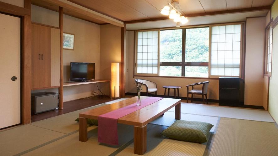 ★【和室12畳】遠く山々が連なる、落ち着いた和室