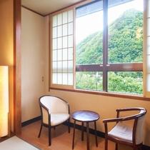 【和室10畳】遠く山々が連なる、落ち着いた和室