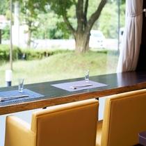 【レストラン】カウンターで、窓の外を眺めながら楽しむ
