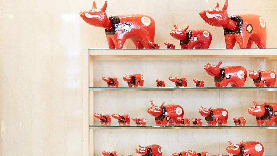 ★【エントランス】赤べこちゃんに囲まれるスポット。ここで記念写真を1枚いかがでしょう?