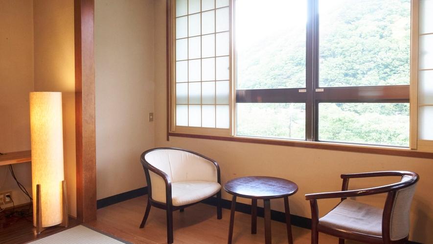 ★【和室10畳】遠く山々が連なる、落ち着いた和室