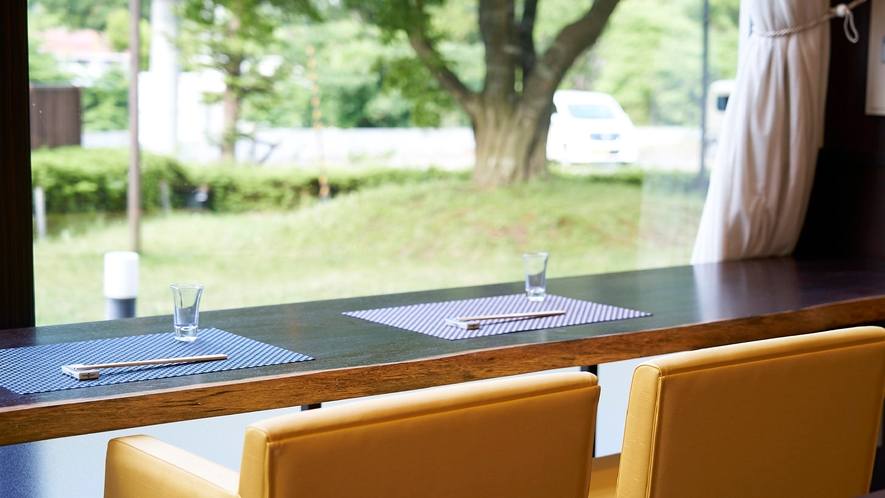 ★【レストラン】カウンターで、窓の外を眺めながら楽しむ