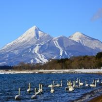 冬の磐梯山と猪苗代湖の風景。空気が澄んで、美しい。