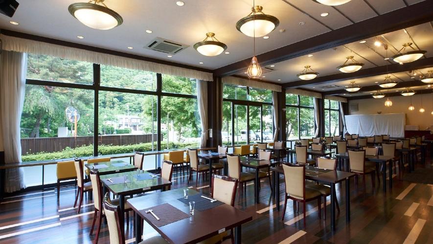 ★【レストラン】木漏れ日が差し込む、暖かく柔らかいレストラン