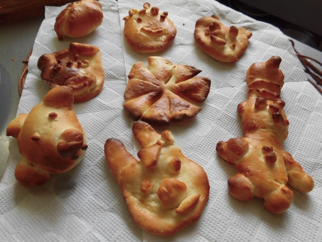 朝のパンの形作りでお子様が作成したパンです