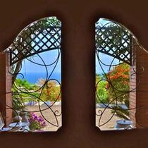 *【〜jardin〜庭園への扉】ドアを開けて一歩入ると、目に飛び込んでくる鮮やか花と鴨川の美しい海