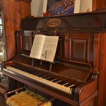 *【〜Piano〜ピアノ】くすんだ懐かしい音色を奏でるLa・Miradorのピアノ。