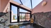 *展望風呂/天井から入る明るい日差しを浴びながら入る湯船。気持ちの良い湯浴みをご堪能下さい。