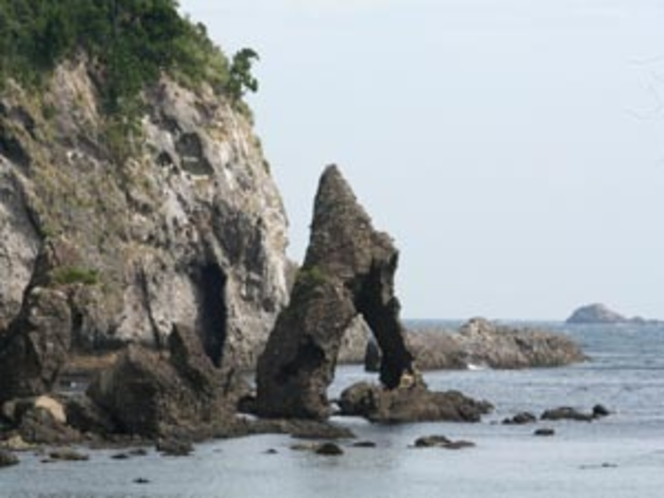 えび穴 逢ヶ浜からタライ岬にかけての海岸線にあります。奇岩を見ながら海辺のハイキングを楽しめます。