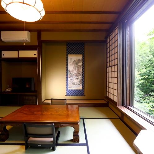 川胡桃客室:客室名の川胡桃の木が大きな窓からよく見えます。手を伸ばしたら届きそう。