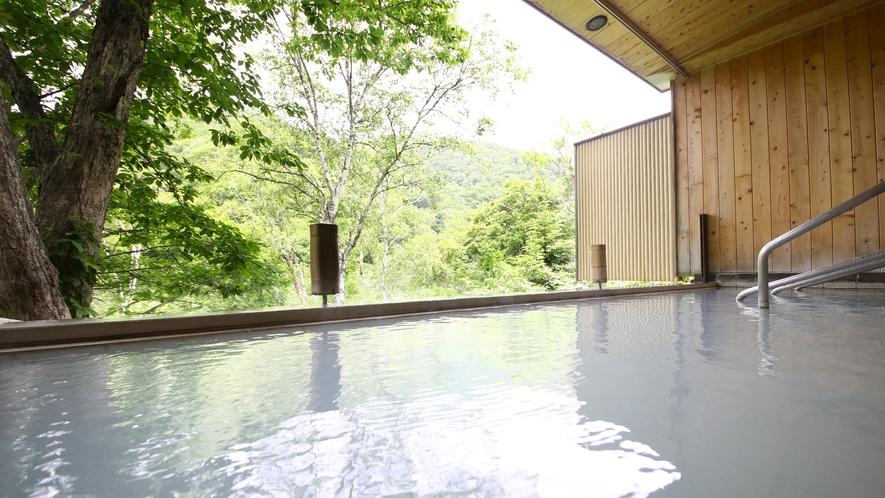 ■露天風呂 日によってお湯の色合いが変わり、自然の豊かさが楽しめます。