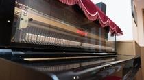 お食事処のアップライトピアノ