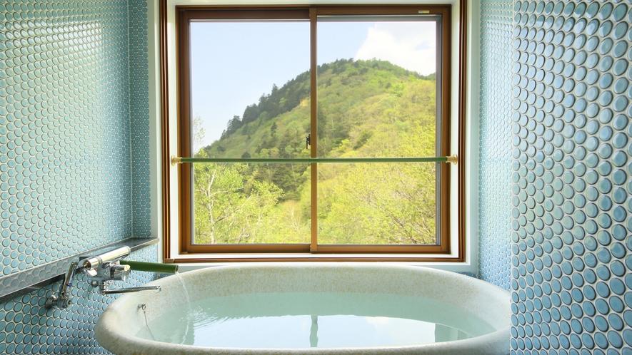 和モダン風客室のお部屋の温泉風呂。白い温泉を満喫しながら美しい景色も。レトロなタイルが可愛い♪