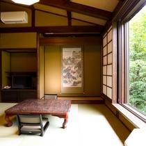 山桜客室:大きな窓から客室名の山桜の木が見えます。