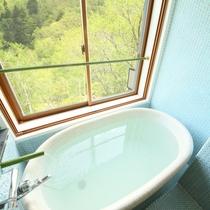 和モダン風客室のお部屋の温泉風呂。白い温泉と美しい景色。レトロなタイルが可愛い♪
