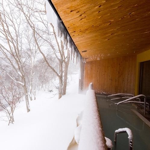一面の雪の中、露天風呂に浸かって温まってください。