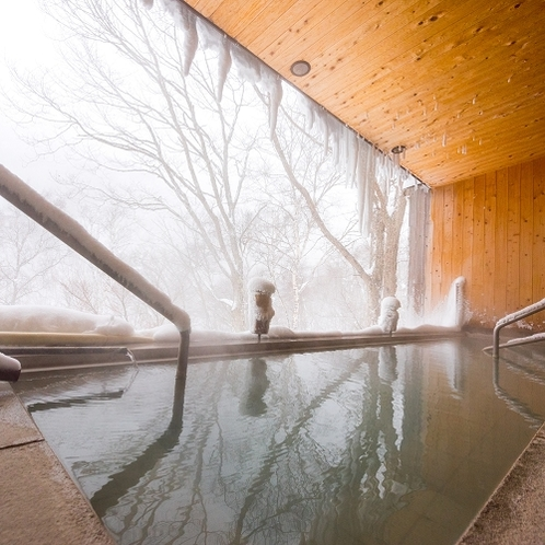 雪が舞うの露天風呂