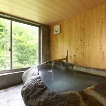 白い温泉の貸切風呂:大きな窓からの眺めを楽しんでください。