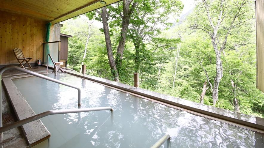 ■露天風呂 白い温泉と緑がまぶしい 露天風呂のすぐ向こうには緑が広がる露天風呂