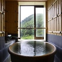 竹の間:信楽焼きの温泉風呂(源泉かけ流し)