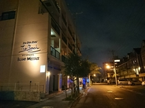 【ホテル外観(夜)】