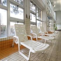 *【プールサイド】泳ぎ疲れたら、イスで休憩ください。自分に合ったペースでご利用くださいませ。