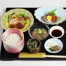 *【夕食一例】約9品の和食膳をご用意致します。 (メインはお日にちによって変わります)