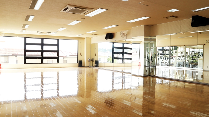 *【ジム/スタジオ】併設しているスポーツジムは宿泊者なら特別料金で利用できます。